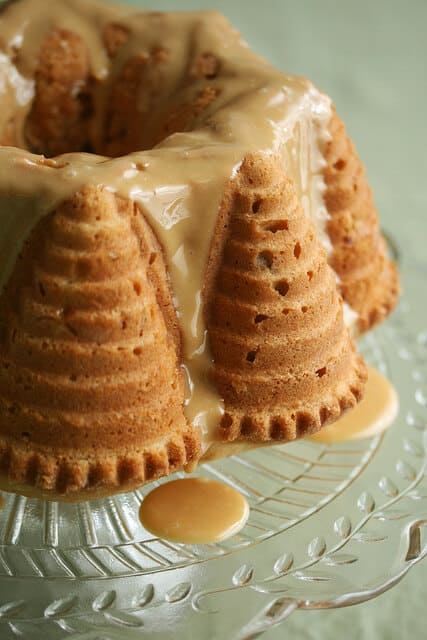 Foodie Fights #2: Apple-Beer Bundt Cake with Dulce de Leche Glaze